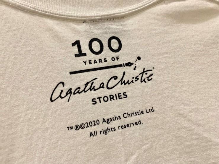 アガサ・クリスティーデビュー100周年ロゴがプリントされた記念Tシャツ